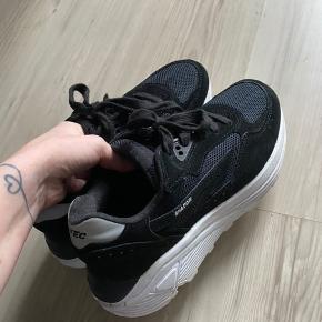 Sælger de her fede sneakers fra HI-TEC brugt få gange, fremstår derfor som nye. Ingen tegn på slid.