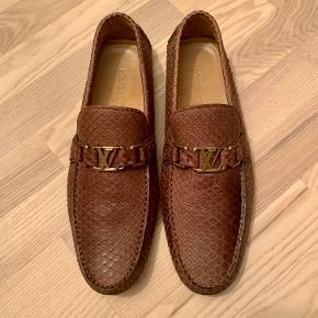 Louis Vuitton Mokkasiner/Loafers Python læder  Ydersål med gummidupper LV initialer i guld metal  Fremstår som nye Faktura medfølger