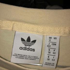 """Super fin adidas t-shirt. Den er max brugt 5 gange og har derfor sat den som """"aldrig brugt""""."""