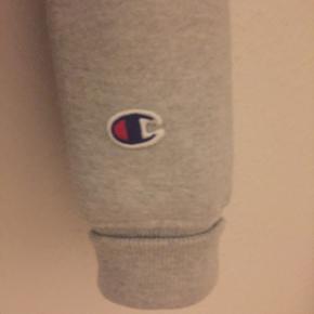 Super fin champion hoodie, sælger da jeg ikke får den brugt nok. Men den er mega fed her til vinter