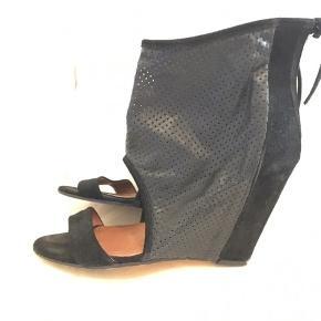 Super smarte sandaler/heels fra IRO, nypris var ca 2500kr, de er desværre for høje til mig, har brugt dem 2 gange.