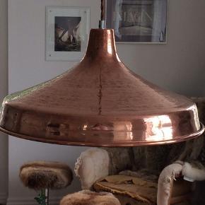 Smuk vintage hammerslået kobber loftspendel, redesignet med ny sort porcelænsfatning, kobberfarvet snoet stofledning og pinolaflaster i krom. Designet i 1960-70'erne. Nypudset. Diameter 45cm. Pris + Porto( DAO), gerne mobilpay eller TS-handel +2,5%