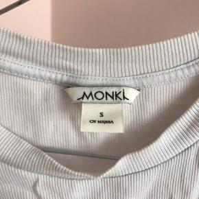 Lækker T-shirt fra monki 👾 Køber betaler fragt