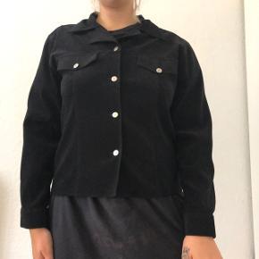 Vintage suede/velour jakke med trykknapper. Lækkert meteriale!   Prisen er eksklusiv fragt og jeg sender kun 🥰