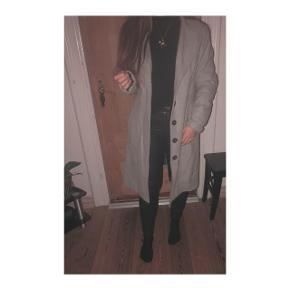 Fineste lysegrå lange frakke fra Bonaparte. En alm størrelse 40 - jeg er normalvis en 36 i frakker, sidder som afbildet. Den måler 100 cm i længden. 60% polyester  40% uld  Sælges for min mama, derfor modtages bud under mindstepris ikke og der byttes ikke. Den kan sagtens sendes; 38,- med dao.   #blackfriday