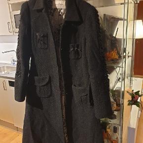 OBS!! Fra Malene Birger  Dejlig vinterjakke fra Malene Birger i Str. M.  Flotte detaljer, læg mærke til inderforet - lukkes med 'usynlige' knapper, og flot bælte.  #30dayssellout