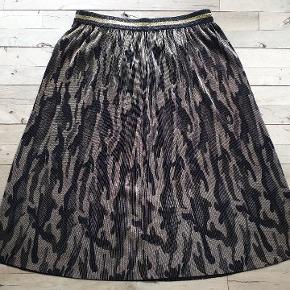 Libertè essentiel. Shiny, plisseret camouflage mønstret nederdel. Den måler 84 - 120 i taljen, 150 om rumpen og den er 75 lang.