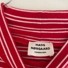 Rød stribet Mads Nørdgaard langærmet -str 14 år(jeg er normalt en small og den passer mig fint) -Byd gerne  -røgfrit hjem -100 % organic cotton