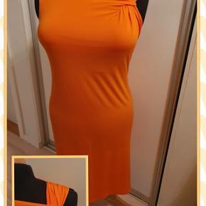 Orange kjole fra Anna Fiekd str. 46 Jersey med masser af stræk Brystmål 100 cm Talje 98 cm Hoftemål 110 cm Målene er uden at strække ud i stoffet Længde 105 cm Brugt 1 gang Pris 125,- pp