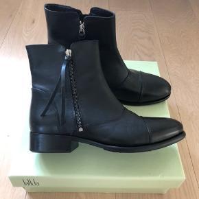 Sorte Billi Bi støvler - aldrig brugt - ny pris kr 1.300. Med lynlås på begge sider