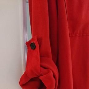 Flot rød skjorte i lækker blød viscose  kvalitet.