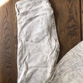 Marc by Marc Jacobs jeans - bukserne er grå med et diskret mønster.   Bukserne er brugt men fremstår stadig i pæn og ordentlig stand.   Bukserne er jeans størrelse 29