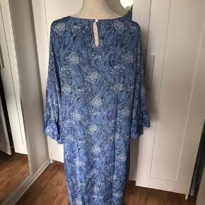 Super fin kjole fra Sissel Edelbo. Den er i smukke blå farver og med fine store ærmer. Den er i perfekt stand, uden udtræk eller anden tegn på brug.  Det er en str. M/L Brystmål er 60 cm x 2 Mp 283 kr pp