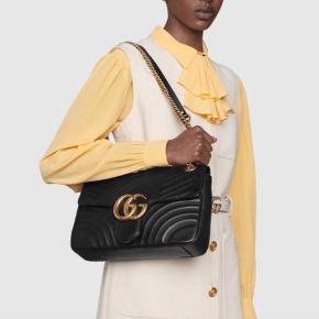 Super smuk Gucci Marmont medium matelassé taske i sort læder.  Det guld Gucci logo er en smule forfaldent i farven som vist på billedet men det er minimalt og ses ikke når man har den på. Der er også mærker indeni fra en åben kuglepen.  Målene er: H: 19 B: 30 D: 7  Æske, dustbag og kvittering haves ikke længere.  Nypris er ca 15.500kr. Jeg bytter ikke.
