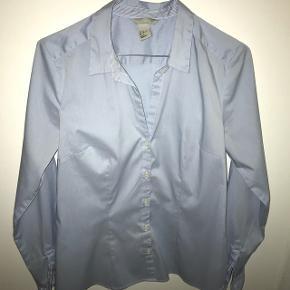 Super flot figursyet blå og hvid stribet skjorte fra H&M, jeg desværre må sælge da jeg ikke kan passe den længere.