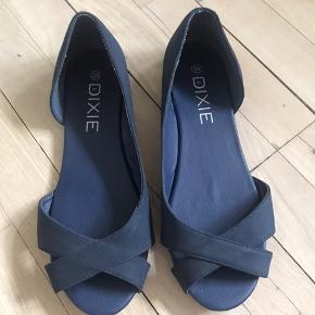Sandaler i enkelt design og i god stand. Behagelige.  Se også mine andre annoncer.