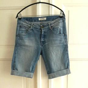 Shorts fra Global. Egentlig str. L, men lidt små i str. så passer fint en medium.  98% bomuld, 2% elasthan.