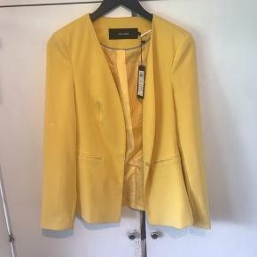 "Solgul sommerlig blazer fra Vero Moda. Aldrig brugt, men har en lille ""skygge""/plet på det ene ærme"