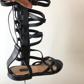 Fine sandaler. Købt i Milano. Str 39. Brugt 2 gange. Sælges for 400 incl forsendelse. Nypris 250 euro. Kvittering medfølger.  Dustbag medfølger