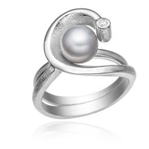 To ringe der kan sættes sammen til en eller bruges hver for sig. Sterling sølv med matteret overflade og lys rhodium overfladebehandling. Dekoreret med hvid zirkonia og grå ferskvandskulturperle. SÆLGES UDELUKKENDE DA DEN ER ET NR FOR LILLE 😔Str 53 Np 620