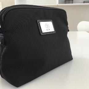 Brand: Bogner Varetype: Makeup taske Størrelse: 19x15x7 cm. Farve: Sort Oprindelig købspris: 495 kr.