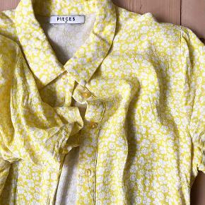 Flot sommergul Pieces kjole med blomster. Fremstår i glimrende stand. Send PB for billeder med den på :-)
