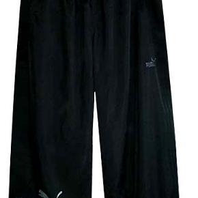 Sports Pants - 3/4 sportsbukser fra Puma i 100% polyester, buksen har netfoer, sidelommer og en baglomme med velkrolukning. Nypris 299 kr. Porto 37 kr.