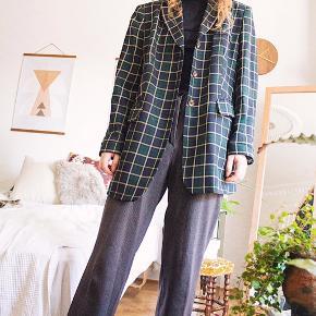 Vintage blazerjakke, super fed! Har mærket Yarell, et oversized fit og et grønt/blåt plaid mønster! Guld knapper og 2 stk. lommer 🎞  Ydre: 100 % pure new wool  Indre: 100 % acetate (giver en silke følelse)