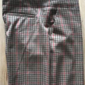 Brand: Mango Suit Varetype: Bukser Farve: Lys Brun,Sort,Rød Materiale: 65% polyester, 33% viskose, og 2% elastan.  Denne annonce: Løse business bukser, lige snit, 3/4-lange m pressefold. Livvidde 47,5 cm. Sidder ikke oppe i taljen, men mere på hofterne. Mango Suit, str 42. Nsn, 150kr.  Se også de andre annoncer med bukser i str 42-44:  1) 2nd Day, tætsiddende grå jeans med strech. Grå med sort blondemønsterprint ned langs benene, klassisk 5-lomme jeanssnit. W29/L33. 150kr. 2) Klassisk business bukser i herrestil, pencil m pressefold. Massimo Dutti, str. 42, lidt små i størrelsen. Flot stand, 125kr. 3) Løse business bukser, lige snit, 3/4-lange m pressefold. Mango Suit, str 42. Nsn, 150kr.  4) Sorte pencil legs, 50er stil. Str. L/44. Lynlås midt bag. Gmb. 100kr.  25kr. rabat pr. par ved køb af flere par bukser 🌞  Se også mine annoncer med lækre mærkeskjorter i str. 42 (18 stk sælges), og annoncer med lækre kjoler til efteråret i 42-44.