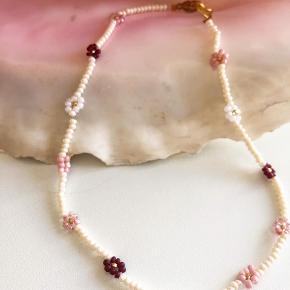 Daisy perle halskæde🌸  Beige perler - hvide, rosa og bourdeaux blomster  Mål: 32-35 cm Lås: forgyldt Sterling sølv (lidt misfarvet) Prisen er inkl Porto med postnord