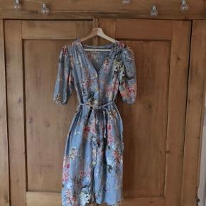 Fin blomstret kjole fra Mango. Kun brugt få gange.  Søgeord: blomster, floral, flowers, vintage, blue, retro
