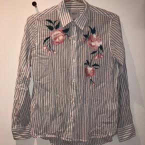 Super fin skjorte fra Rails i størrelse XS. Den er brugt meget få gange, så næsten som ny.