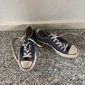 Blå converse, str 37,5, passer en str. 38. Prisen er eks porto