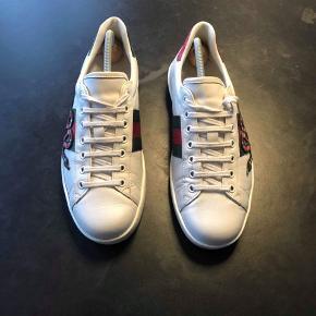Sælger disse Gucci sko for min kæreste  De er kun blevet brugt et par gange, og bliver renset inden forsendelse. Smid et bud :))