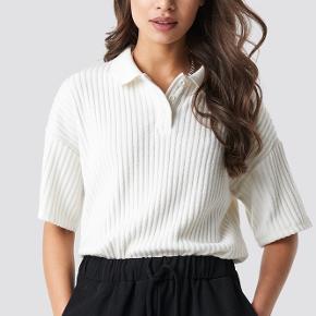 Astrid Olsen x Na-kd polo tshirt i str S. Brugt meget lidt, og fremstår derfor helt som ny.
