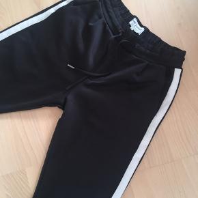 Mørkeblå buks med lyserød stribe. Sort buks med hvid stribe. 2 par i alt - stort set som nye. Prisen er pr stk Mega lækre💙 kan også bruges af kvinder. Men det er en herre buks. Passer en herre Small. Stumpe benlængde. Kraftige i stoffet