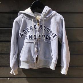 Fed sweatshirt med lyslås og lommer.   Størrelsen hedder S, men det svarer ca. str. 110.   Sender gerne, men du er også velkommen til at hente kontaktfri med mobilepay😊