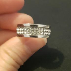 Varetype: Andet Størrelse: 51 Farve: Sølv Oprindelig købspris: 549 kr.  Emily sølv ring fra Dyrberg/Kern. Brugt få gange og har kun et par ridser på bagsiden.  Str 1 = 51 Nypris var 549 kr.