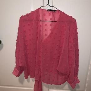 Pink gennemsigtig skjorte / bluse fra zara i str. XL, kun brugt få gange. Den har et look-a-like bindebånd i maven.