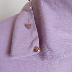 Kollektionsprøve. Enkel kjole med krave der kan sættes på forskellige måder. Fine knapper.