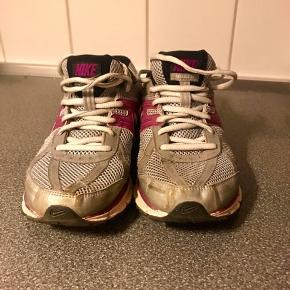 Nike sneaks str. 38,5. Lidt små i størrelsen, passes af en 38. Gode, men brugte, og fejler intet. Sælges da jeg ikke får dem brugt 🌸🌸🌸