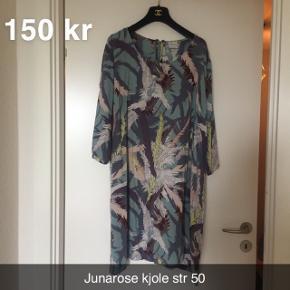 Kjole str 50  Sælger for min mor  Røglugt kan forekomme