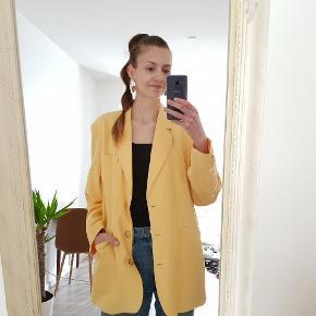 Smuk gul vintage blazer. Gætter på det er en størrelse large; jeg har brugt den oversize.  I rigtig god stand.   Farven på billede nr. 1 er tættest på blazerens faktiske farve.