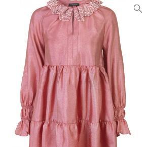 Smuk kjole, aldrig brugt, passes af str 34-36  Bytter ikke- sender med dao😊 mindstepris 600kr