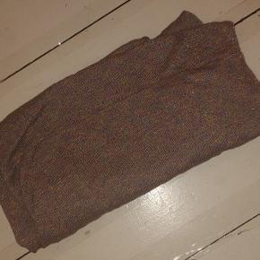 Lækkert lyselilla striktørklæde med metallic-changerende overflade. 40% ramie/32% bomuld/ 28% metallisk garn. Syet som rør.  Mål 70x80cm