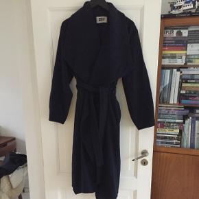 Smuk, varm uldfrakke. Lukkes med bælte. Rigtig god stand.