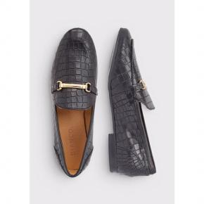 Sælger disse super fine loafers fra Bianco i ægte skind. Sort med sølvspænde.  Har aldrig været brugt, kasse medfølger.  Str. 38, true to size, men ville nok også kunne bruges af en str. 37 med en sål i. Sålen måler 26 cm udenpå.  Foretrækker at mødes og handle i København K men kan også sagtens sendes med Dao gennem Trendsales - pris kommer oveni :)