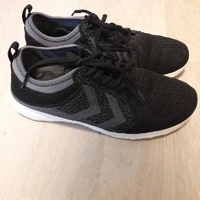 Næsten nye sko med aeroflex. Brugt kortvarigt til indendørs sport. Indermål 25,5 cm.