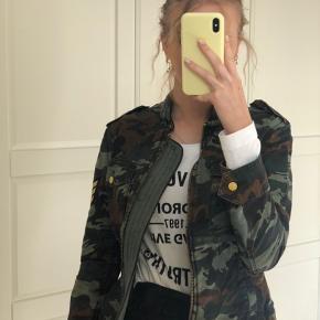 """Zadig & Voltaire """"Kavy Camo"""" jakke.  Str. S men oversize.  Købt for €350.  Den er aldrig brugt, aldrig blevet vasket og fremstår som ny.  Køber betaler fragt.  Jeg bytter ikke."""