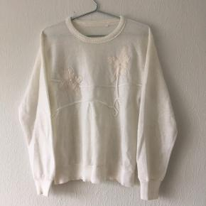 Hvid sweater strik bluse, m. Broderinger, blomster og perler. Dog mangler den ene perle, fra Josephine. Str. S/36-38